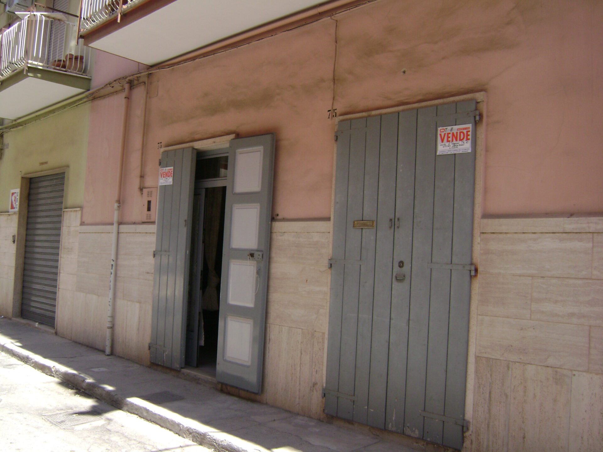VENDESI LOCALE P.T. 3 VANI – Via C. Cantù